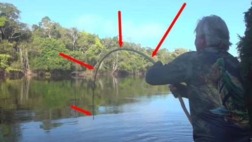 砍根木棍做鱼竿,不料遇到大鱼咬钩……活人却被鱼给遛了!