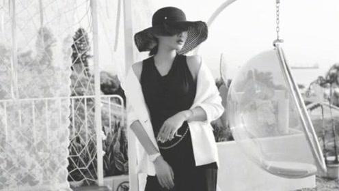 何雯娜白西装搭V领裙气质佳 孕妈身材依旧苗条享旅行时光