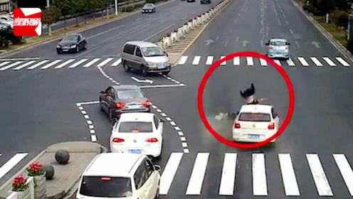 浙江一男子骑电动车闯红灯,被小车撞飞旋转360度后倒地