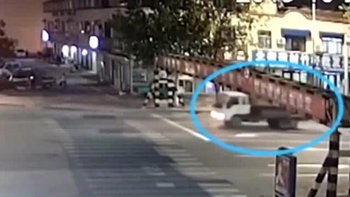 货车载挖掘机撞掉限高杆 路过小车被砸中