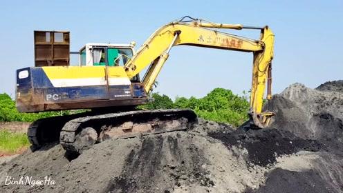砂石场作业的旧挖掘机