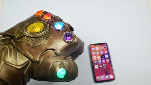 """苹果手机能抗住""""灭霸手套""""的捶打吗?小哥亲测,心疼手机一分钟"""