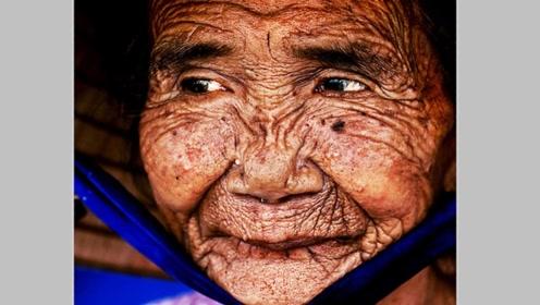 电脑高手把100岁老奶奶,还原成20岁的模样,没想到是个美女