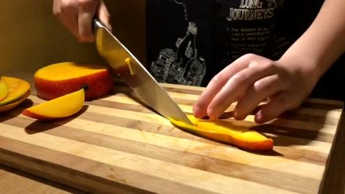 美女发明切芒果新切法,切好后用牙签吃,根本不脏手