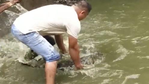 这小伙真是胆大啊,竟然把鳄鱼吓跑了,什么魔力!