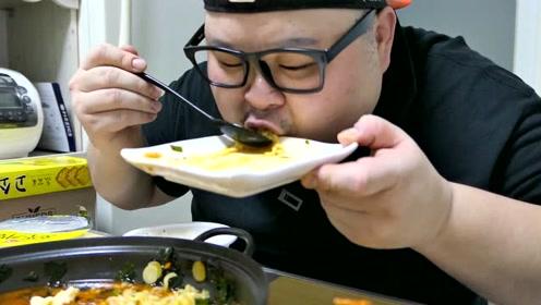 胖哥吃泡面,还要煎一碗五花肉,配上泡菜吃的贼香