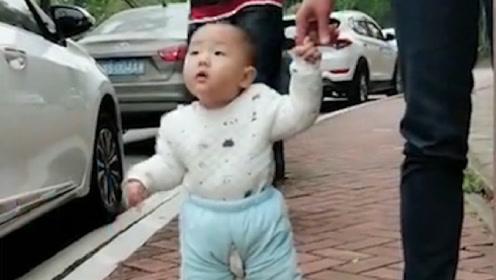 妈妈带儿子散步,突然一个美女经过,宝宝表示这是恋爱的感觉!