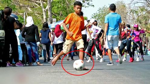 作死恶搞:把装满沙的足球放路边整蛊路人,这一脚下去估计有点疼