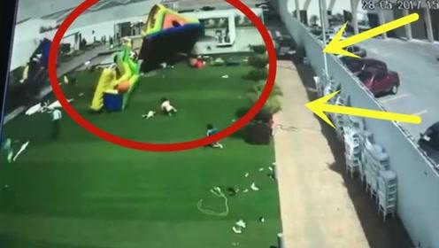 一群孩子在游乐园玩耍,突遇强风孩子来不及反应,瞬间被压倒在地!
