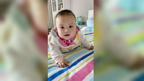 镜头靠近宝宝的时候,总是迎来可爱的微笑
