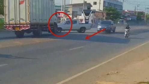 货车司机还没反应过来就被撞上了,不看监控都不相信这一切