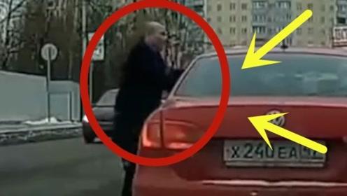男子对着女子拳打脚踢,把车窗都掀了,路人纷纷叫好!