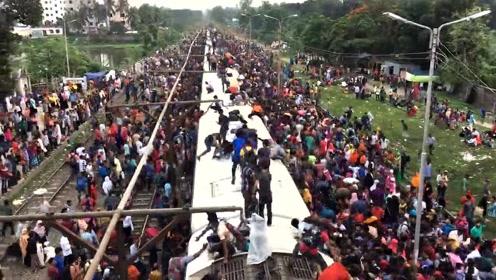 实拍孟加拉国的火车乘客,和印度有得一拼