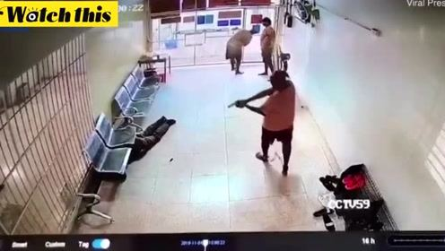 三名大毒贩捅伤狱警后夺枪逃走 上演现实版越狱