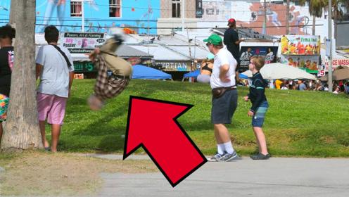 国外街头老爷爷拐棍掉落,老头捡起来就是一个后空翻,被动技能?