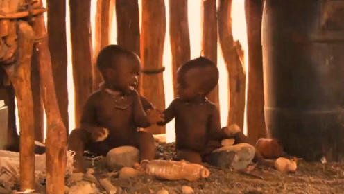 两个小宝宝,前一秒还愉快的一起玩耍,下一秒瞬间翻脸开撕