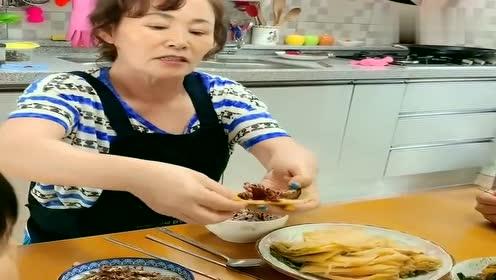 中国女人生活在韩国农村!韩国婆婆用洗了的辣白菜包肉吃,好吃