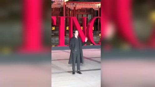 韩国欧巴李栋旭现身华伦天奴北京高定活动 长款西装造型实力圈粉路人