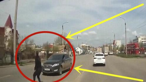 轿车转弯不减速,路人眼看必死无疑,竟做出高难度动作!