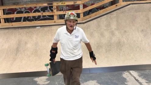 八旬老人玩滑板,只求自己的人生不落遗憾,人生在世何不疯狂一把!