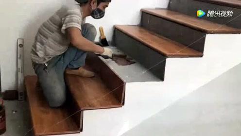农民用实木板把楼梯台阶铺了一遍,还刷了一层油,太漂亮了