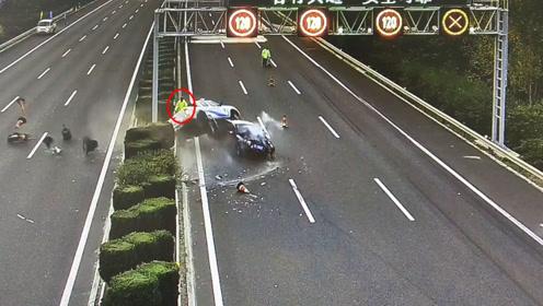"""吓死个人!司机走神撞翻高速救援车 现场交警惊险躲过""""死神"""""""