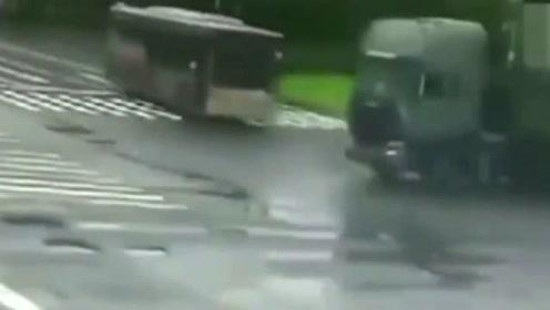 失控公交车,一头撞向大卡车!真是惊险