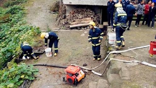 村民家中房屋起火浓烟滚滚 消防员提粪水灭火