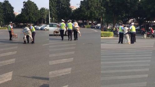 """暖心!7旬中风老人行动不便""""滞留""""斑马线 执勤民警背其过马路"""