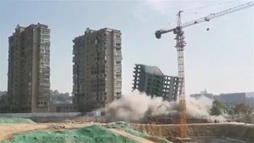 昌江河畔响起一声闷响 一栋大楼瞬间倒塌烟尘四起