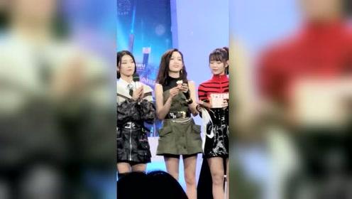 吴宣仪杨超越为粉丝抽奖 原来惊喜礼物是它?