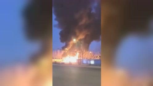哈尔滨一辆牵引挂车起火 现场火势猛烈浓烟直冲天际
