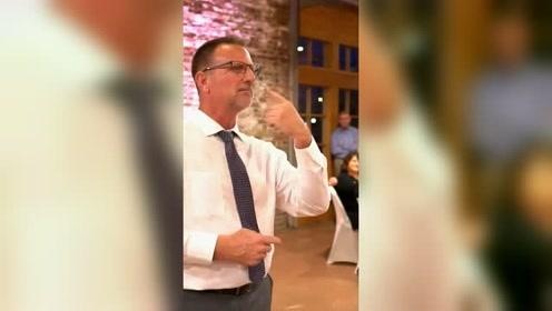 老爸用手语在失聪女儿婚礼献唱:我第一个爱你!