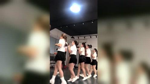原来广场舞也有舞蹈训练室,练舞都是认真的
