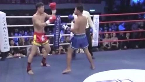 中国硬汉太强了,泰拳王被他一脚KO,观众直呼没看够