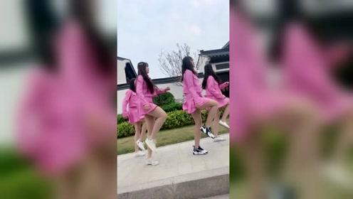 四个漂亮小姐姐同款穿搭跳广场舞,百褶裙有点跟不上节奏了