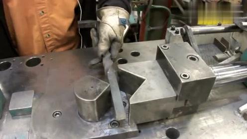 这台机床厉害了,钢条放上去,不用加热就可以硬压出想要的形状!