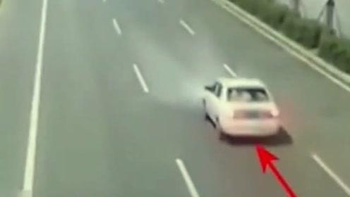 女司机速度太快,车体瞬间被肢解,监控拍下她生命的最后一刻!