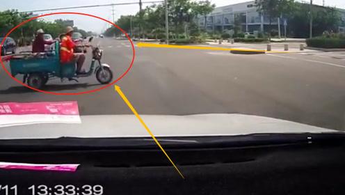 大爷骑三轮车闯红灯出事,瞬间和妻孙阴阳两隔!这就是不守交规的下场