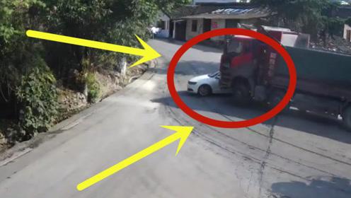 小车惨遭拖行十几米,只因一时大意,货车司机抱头痛哭!