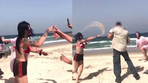 女子海滩攀爬珍贵文物被阻止后不满 怒打管理员还吐口水