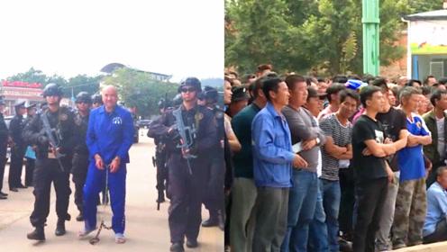 """云南一黑社会犯罪嫌犯现场指认 """"黑老大""""被持枪押解 群众围观"""