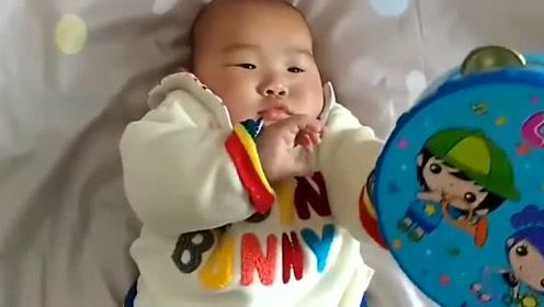 宝宝看到妈妈拿摇铃逗他,接下来萌宝的举动,实在是萌翻了