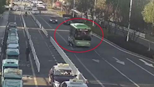 学生骑车带人突然拐入机动车道 后座男生被卷入公交车底