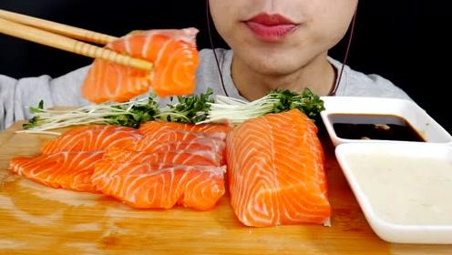 看看女孩怎么吃三文鱼?肥美的鱼肉一口一块,吃的太香了,真馋人