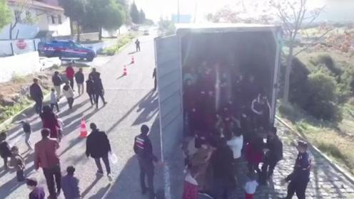 土耳其截获偷运移民货车画面曝光!密闭车厢足足塞满了82个人