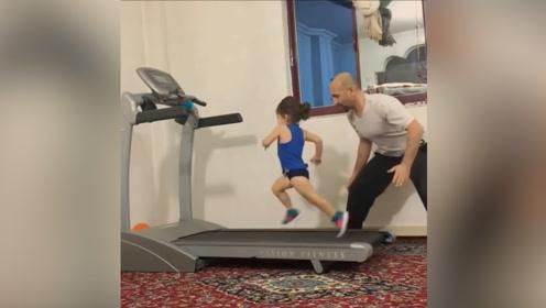 健康的运动离不开父爱的关怀,有这样的父亲保护,小女孩儿真幸福