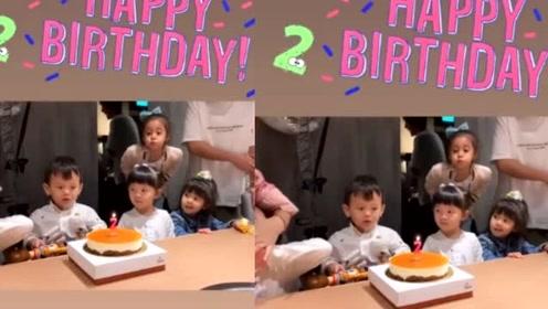 贾静雯带女儿参加生日会,咘咘竟然偷吹生日蜡烛,真是太调皮了