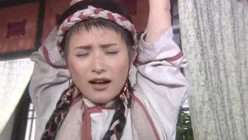 苗族姑娘进京城!路边随手抓蛇当宠物!这花纹一看就是毒蛇