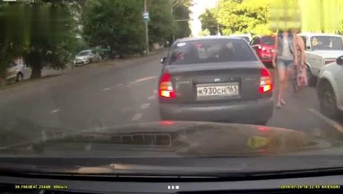 实拍:俄罗斯美女过马路被警车顶飞